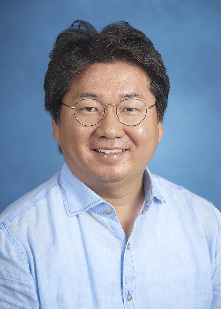 Soo-yong Byun headshot in blue button-down shirt